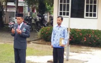 Kepala Dinas Kominfo persandian Barito Utara, M Iman Topik sat memimpin upacara peringatan HUT-Ri ke-72 dihalaman dinas kominfo setempat.