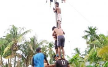 Beginilah kehebohan sejumlah masyarakat yang mengadakan lomba panjat pinang di wilayah kota Kabupaten Kapuas