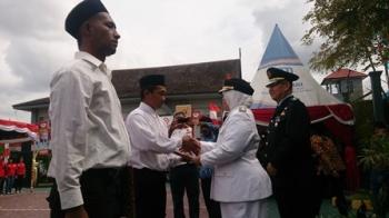 Bupati Kotawaringin Barat Nurhidayah menyerahkan SK remisi kepada 233 warga binaan secara simbolis di Lapas Kelas IIB Pangkalan Bun, Kamis (17/8/2017).