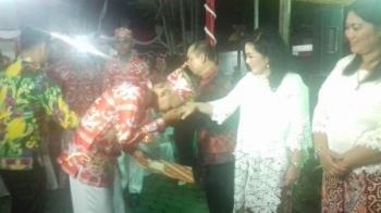 Bupati Kapuas Ben Brahim S Bahat didampingi istrinya menyerahkan piagam penghargaan kepada 70 anggota paskibra, Kamis (17/8/2017) malam.