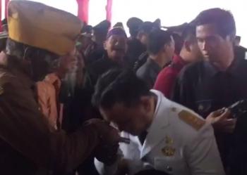 Gubernur Kalimantan Tengah Sugianto Sabran mencium tangan salah seorang veteran pejuang kemerdekaan Indonesia seusai upacara peringatan hari kemerdekaan RI, Kamis (17/8/2017).