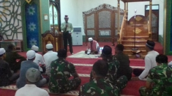Dandim 1011/Kuala Kapuas Letkol Inf Akhmad Syaikhu membacakan sambutan Panglima TNI di Masjid Agung Al Mukharam Amanah, Kabupaten Kapuas, Kamis (17/8/2017).
