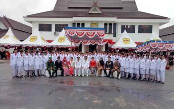 Anggota Paskibraka Kabupaten Gunung Mas berpoto bersama Bupati Arton S Dohong dan Wakil Bupati Rony Karlos dan pejabat dari FKPD.