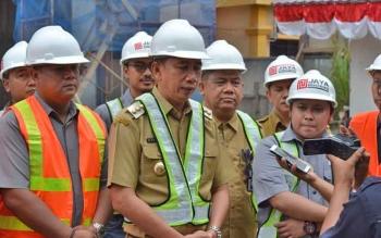 Bupati Barito Utara Nadalsyah beserta rombongan saat memberikan keterangan kepada wartawan seusai meninjuan proyek RSUD Muara Teweh, Jumat (18/8/2017).