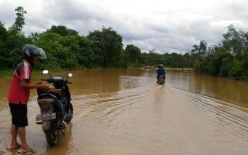 Jalan Adonis Samad di Kota Kuala Kurun, Kabupaten Gunung Mas, terendam banjir akibat meluapnya air Sungai Kahayan, Jumat (18/8/2017).