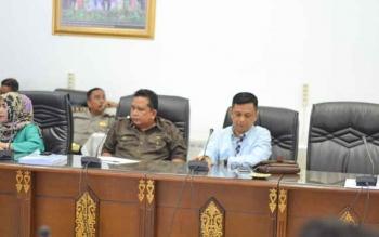 Anggota DPRD Kabupaten Barito Utara Taufik Nugraha saat memimpin rapat kerja dengan pihak eksekutif membahas beasiswa untuk mahasiswa Fakultas Kedokteran, Universitas Palangka Raya, Jumat (18/8/2017).