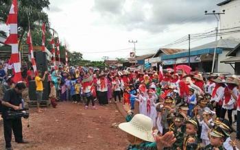 Peserta pawai di Kecamatan Kecamatan Parenggean, Kabupaten Kotawaringin Timur, menunjukan aksi mereka, Jumat (18/8/2017).