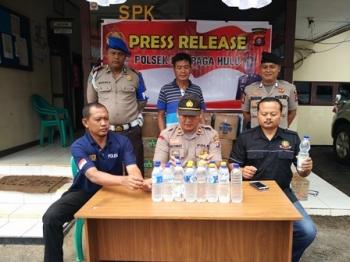 Jajaran Polsek Cempaga Hulu, Kabupaten Kotawaringin Timur, menunjukan barang bukti minuman keras yang disita dari rumah warga di daerah perkebunan kelapa sawit, Jalan Tjilik Riwut, Km 113, Desa Pundu, Jumat (18/8/2017).