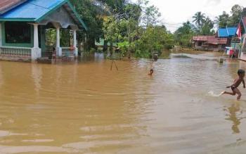 Air di pemukiman warga Kelurahan Tampang Tumbang Anjir, Kecamatan Kurun, Kabupaten Gumas, mulai surut, Sabtu (19/8/2017).