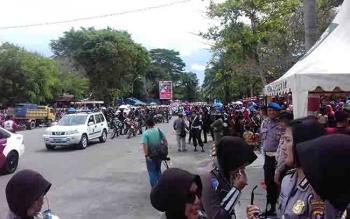 Tumpukan warga di Taman Kota Sampit yang ingin menyaksikan pawai pembangunan.