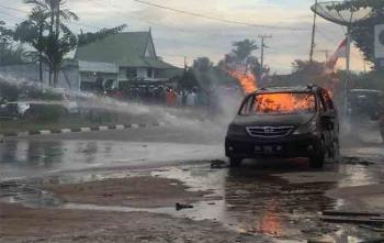 Sebuah mobil Xenia DA 7887 BF terbakar di dekat SPBU Jalan G Obos, Palangka Raya, Sabtu (19/8/2017) sore ini