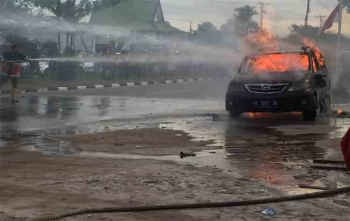 Sebuah mobil terbakar di Jalan G Obos, Palangka Raya, Sabtu (19/8/2017) sore