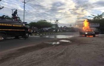 Petugas sedang memadamkan mobil yang terbakar di Jalan G Obos, Palangka Raya, Sabtu (19/8/2017)