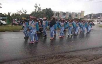 Para siswa SMA di Kota Palangka Raya mengikuti lomba gerak jalan. Sementara itu siswa SMAN 5 Palangka Raya juga mengikuti Gerbyar Nusantara, Sabtu (19/8/2017)