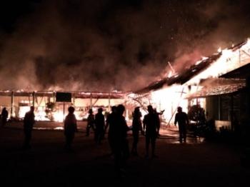 Puluhan petugas pemadam kebakaran saat berusaha keras untuk menjinakkan api yang melahap enam ruangan di MAN Sampit.