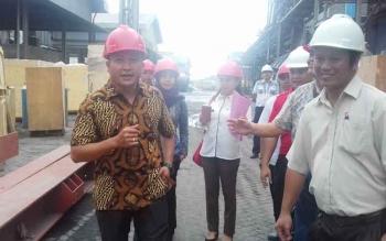 Dadang H Syamsu (gunakan batik) saat menyosialisasikan Perda tentang Tenaga Kerja Lokal di salah satu perusahaan di Kotim.