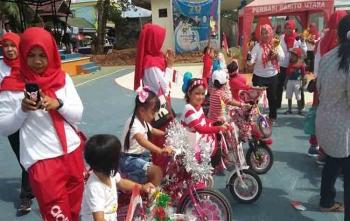 Para anak-anak bersiap mengikuti lomba sepeda hias, Minggu (20/8/2017)