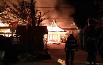 Petugas pemadam saat berusaha memadamkan api yang membakar MAN Sampit, Sabtu (19/8/2017) malam
