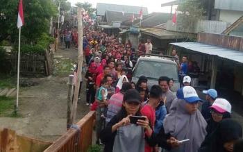 Warga Desa Mandomai antusias mengikuti kegiatan jalan sehat