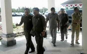 Sejumlah anggota DPRD Cilacap saat baru tiba di Kasongan, Senin (21/8/2017).