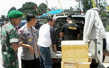 Aparat Sat Narkoba Polres Katingan memeriksa mobil yang dicurigai membawa sabu, Senin (21/8/2017)