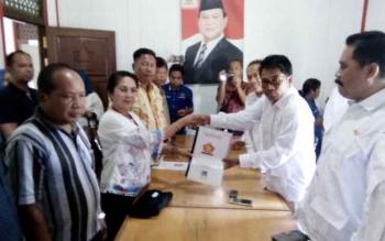 Bakal calon Bupati Lamandau Sata Umani, menyerahkan berkas pencalonannya kepada perwakilan pengurus DPC Gerindra, Bakar Sutomo, di Sekretariat DPC Gerindra, Jalan Ahmad Yani, Nanga Bulik, Senin (21/8/2017).