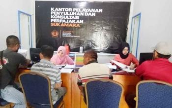 Masyarakat saat melakukan pembayaran pajak di Kantor Pelayanan, Penyuluhan dan Konsultasi Perpajakan (KP2KP) Sukamara.
