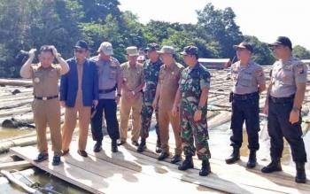 Gubernur Kalteng Sugianto Sabran saat meninjau kayu tangkapan polisi di DAS Barito.