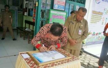 Bupati Barito Utara Nadalsyah saat menandatangani prasasti pelayanan Puskesmas Kandui 24 jam, Senin (21/8/2017).