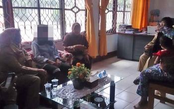 NP, bibinya dan tetangganya melaporkan kasus kekerasan terhadap NP ke DP3A Dalduk KB Kobar, Senin (21/8/2017)