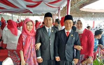 Anggota DPRD Kabupaten Barito Utara Taufik Nugraha bersama Mustafa Joyo Muchtar saat menghadiri upacara pengibaran bendera merah putih, baru baru ini.