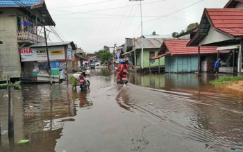Banjir merendam Jalan Merak, Kecamatan Teweh Tengah, Kabupaten Barito Utara, Senin (21/8/2017).