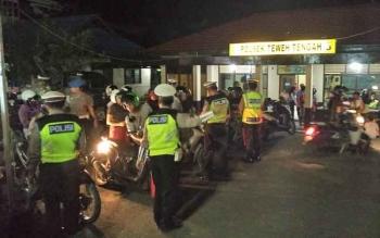 Razia kendaraan bermotor di depan kantor Polsek Teweh Tengah, Kabupaten Barito Utara, Sabtu (19/8/2017) malam.