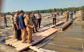 Gubernur Kalteng Sugianto Sabran bersama Bupati Barsel dan kepala Dinas Kehutanan Provinsi serta jajaran Polda Kalteng mengecek ribuan kayu yang ditahan di perairan Buntok, Senin (21/8/2017).