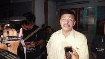 Anggota DPRD Kalimantan Tengah Yansen A Binti memberikan keterangan kepada wartawan terkait penggerebekan di rumah orang tuanya di Jalan Diponegoro, Kota Palangka Raya, Senin (22/8/2017).