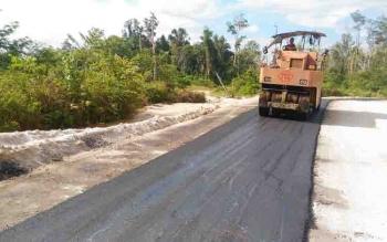 Pekerjaan pengaspalan proyek multiyears ruas Tumbang Miwan-Sepang Simin