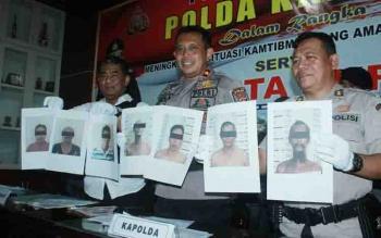 Kapolda Kalteng, Brigadir Jenderal Anang Revandoko (tengah), Dirreskrimum, Kombes Ignatius Agung Prasetyoko (kiri) dan Kabid Humas AKBP Pambudi Rahayu (kanan) menunjukan gambar tujuh pelaku pembakaran sekolah yang telah diamankan, Selasa (22/8/2017)