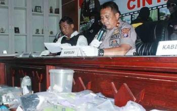 Kapolda Kalteng Brigadir Jenderal Anang Revandoko menjelaskan kepada wartawan terkait perkembangan hasil penyelidikan terhadap pelaku pembakaran sejumlah sekolah di Palangka Raya