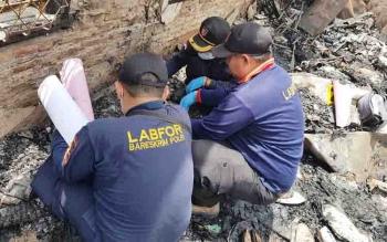 Tiga orang dari tim labfor saat melakukan olah TKP di MAN Sampit.