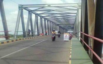 Petugas Perbaikan Terlihat Sedang Memperbaiki Jembatan Pulau Telo