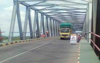 Jembatan Pulau Telo yang sedang dalam perbaikan
