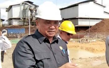 Wakil Ketua II DPRD Lamandau, Taufik Hidayat, saat melakukan kunjungan ke salah satu pabrik pengolahan kelapa sawit di Lamandau, beberapa waktu lalu.