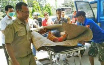 Nenek Kartini (64) saat dilarikan ke RSUD Kapuas