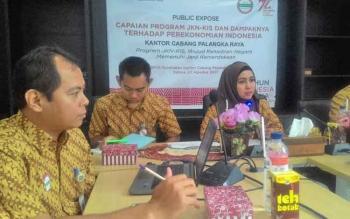 Kepala BPJS Kesehatan Cabang Palangka Raya dr Elke Winasari bersama jajaran saat memberi keterangan pers, Selasa (22/8/2017).