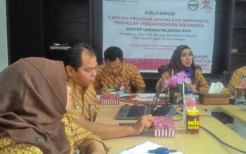 Kepala BPJS Kesehatan Cabang Palangka Raya, dr Elke Winasari bersama jajaran saat memberi keterangan pers, Selasa (22/8/2017).