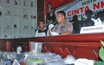 Kapolda Kalteng Brigadir Jenderal Anang Revandoko memberikan keterangan kepada wartawan.