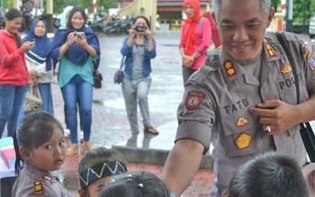 Kapolres Barito Utara, AKBP Tato Pamungkas Suyono SIK saat menyambut kedatangan anak-anak TK Kemala Bhayangkari didepan kantor Polres barito Utara.