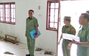 Tampak sekda Arifin LP Umbing saat melakukan pengecekan mess desa, beberapa waktu lalu.