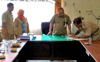 Kepala Disnakertranskop-UKM Kabupaten Barito Utara Tenggara saat menyaksikan serah terima jabatan pejabat eselon III dan IV, Selasa (22/8/2017).