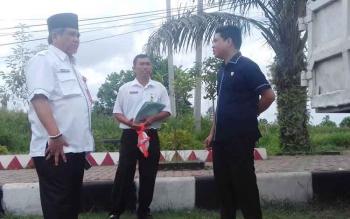 Ketua DPRD Kotim Jhon Krisli dan Kepala Dinas PUPR H Machmoer saat mengecek jalur bundaran Balanga, Jalan Jenderal Sudirman Sampit.